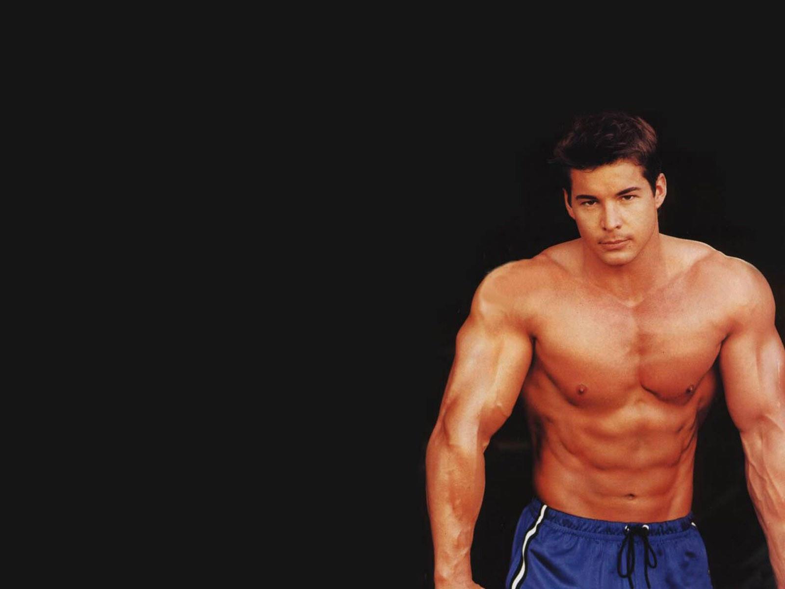 Мускулистый мужчина на великолепном фото