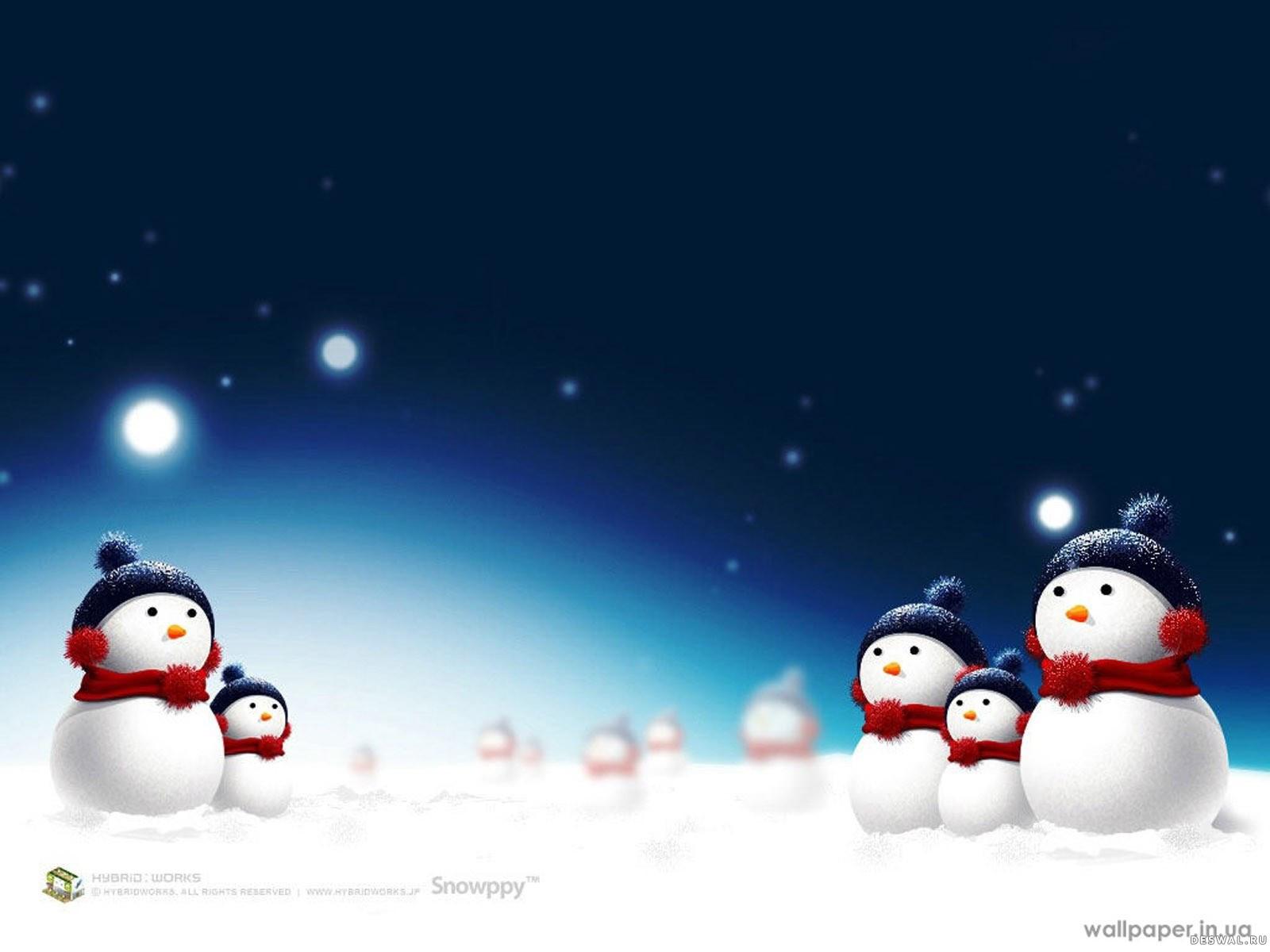 Снеговички в шапках и шарфах