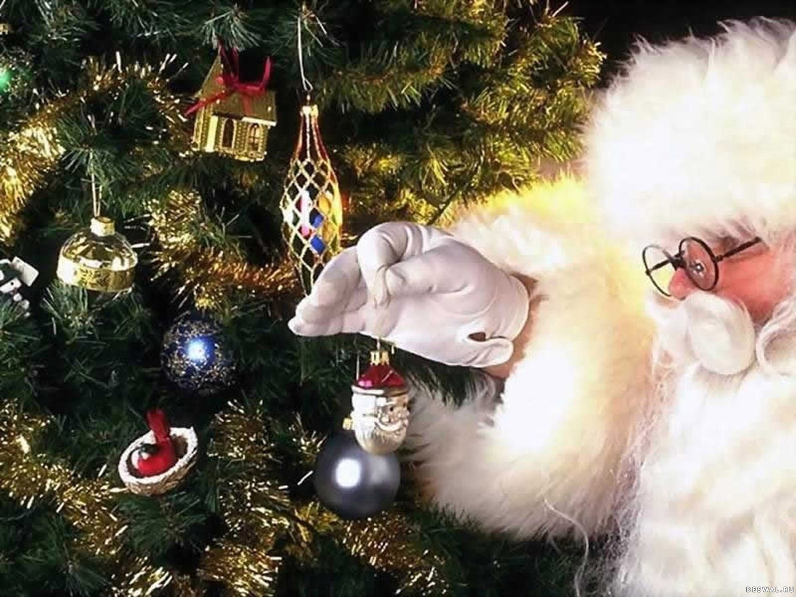 Санта украшает елку
