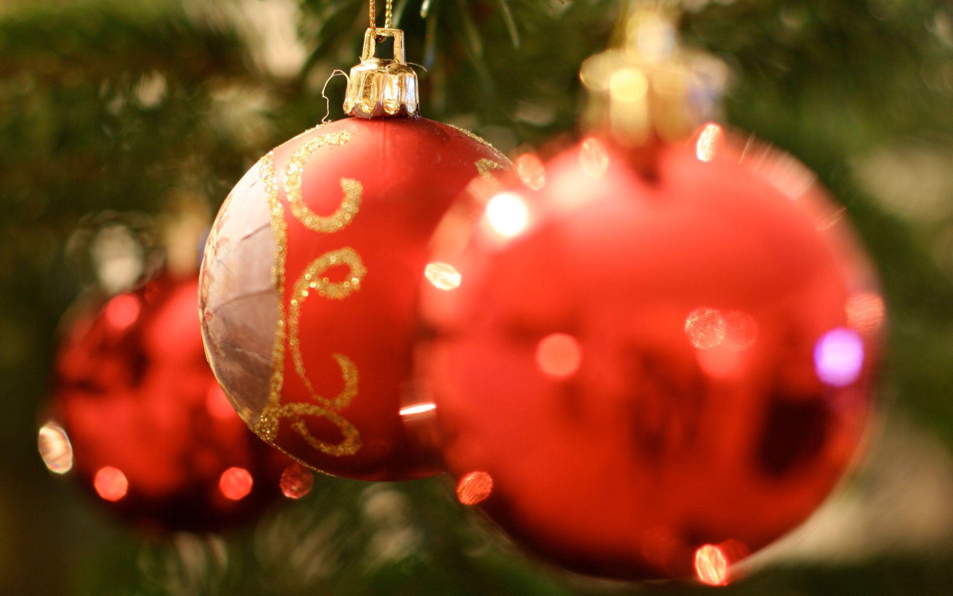 495b30b6c89 Большие красные шары на ветках. Качественные новогодние обои для ...