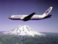 Самолёт Боинг 767 летит над горами