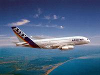 Пассажирский самолёт летит над морем