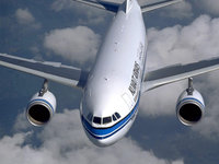 Авиалайнер летит над облаками