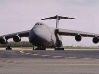 Военно-транспортный самолёт на полосе