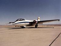 Самолёт WB-57 стоит на взлетной полосе