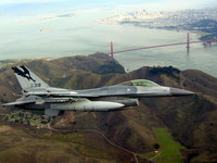 Истребитель F-16 летит над заливом
