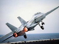 Истребитель F-14 взлетает