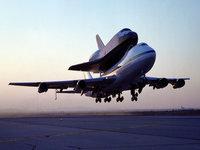 Самолёт с Шаттлом Atlantis  взлетает с полосы