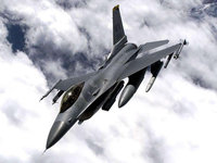 Боевой F-16 летит в облаках