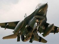 Военный истребитель с ракетами на взлете