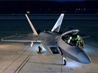 Военный самолёт F-22 Raptor на площадке