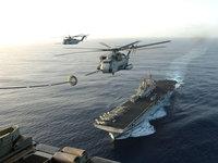 Вертолёты заправляются в воздухе над авианосцем