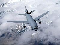 Грузовой самолёт летит над горными хребтами
