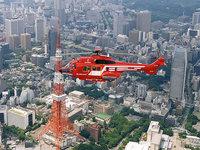 Вертолёт летит над городом