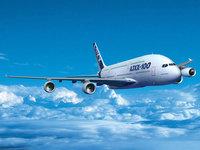 Самолёт Airbus A380 в голубом небе над облаками