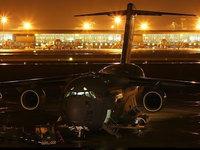 Самолёт в ночном аэропорту