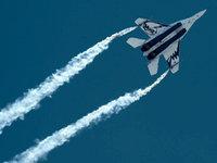 Самолёт МиГ-29 оставляет следы в небе