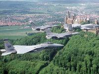 Эскадрилья военных самолётов над замком