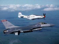 Два самолёта летят высоко в небе