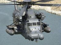 Вертолет Сикорский CH-53 над водой