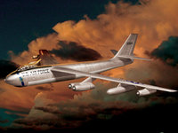 Самолёт американской разведки летит в облаках