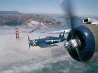 Одномоторные самолёты над мостом Золотые Ворота