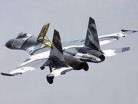 Самолёт истребитель Су-27 летит на задание
