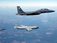 Эскадрилья военных самолётов в небе
