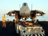 Самолёт истребитель на палубе авианосца