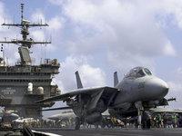 Военный самолёт на авианосце перед отлетом