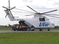 Грузовой вертолёт на выгрузке в аэропорту