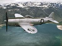 Пилот на старом самолёте летит над горным озером