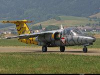 Небольшой самолёт с желтым хвостом на полосе