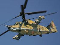 Российский военный вертолет на фоне голубого неба