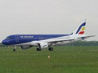 Сине-белый авиалайнер Молдовы на полосе