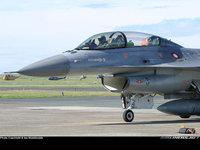 Пилот в кабине боевого самолёта на аэродроме
