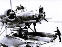 Летчики ремонтируют военный истребитель-амфибию