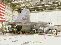 В ангаре на ремонте стоит боевой истребитель