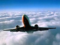 Авиалайнер вырывается из пелены облаков