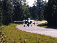 Боевой самолёт на автомобильной дороге, шоссе