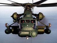 Тяжелый военный вертолет над океаном