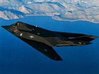 Черный стелс летит над морем
