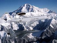 Самолёт AWACS E-3 Sentry с истребителем в горах