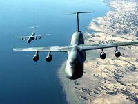 Два самолёта пролетают над пустынным побережьем