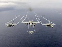 Самолёты Макдоннел-Дуглас F/A-18 над океаном