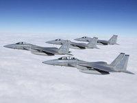 Эскадрилья военных самолётов высоко в небе
