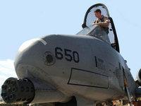 Летчик в кабине военного самолёта
