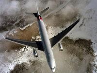 Над морским побережьем летит пассажирский самолёт