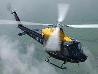 Вертолёт в воздухе над деревьями