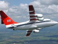 Британский авиалайнер летит в небе